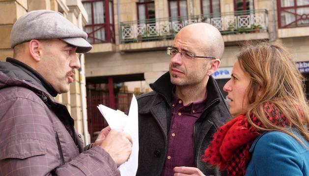 Joaquín Calderón (izd.), hablando con Agus Barandiaran e Itziar Ituño, protagonistas de la película.