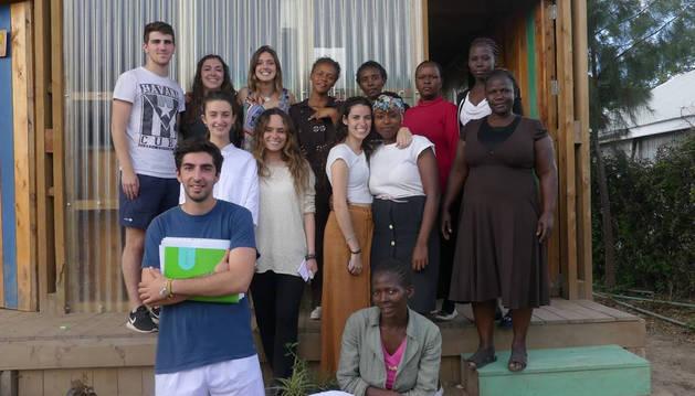 Los alumnos de la Universidad de Navarra, con personal del colegio keniata 'Our Lady School'.