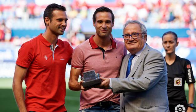 Javier Flaño, junto a su hermano Miguel, recibe una réplica de El Sadar de manos de Luis Sabalza