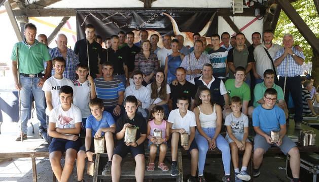 Representantes de las veintitrés ganaderías posan tras recibir los premios del concurso.