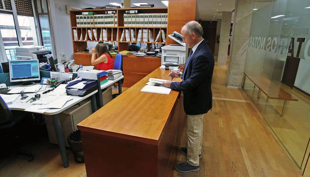 Expedientes en la notaría Aldaba-Doria, con el notario Alfredo Aldaba Doria en primer término.