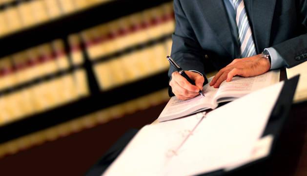La forma más frecuente de hacer un testamento es ante un notario.