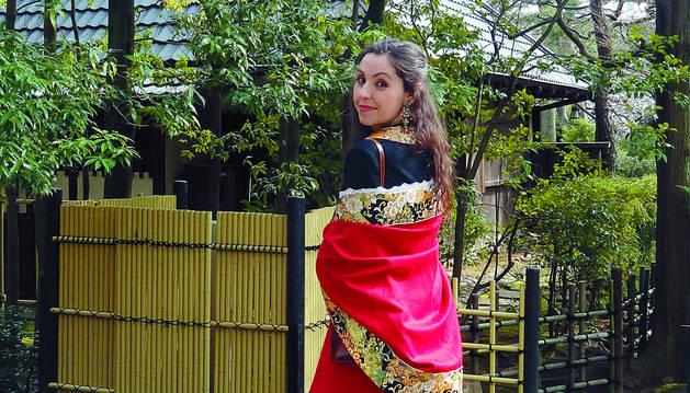Alba Zamarbide Urdániz, vestida de roncalesa en su graduación de doctorado en el campus de la Universidad de Waseda, en Shinjuku-ku, Tokio.