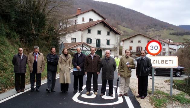 Pedro Antonio Urdániz Villanueva (tercero por la derecha), en la inauguración de la reforma de la carretera de acceso a la entrada de Zilbeti en 2007, cuando era presidente del concejo de Zilbeti.