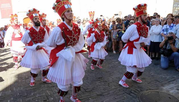 El Casco Antiguo de Pamplona se despide de las fiestas de San Fermín de Aldapa con la procesión y la salida de la Comparsa y dantzaris