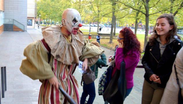 Unos monstruos ambientaron en la edición pasada el festival Horror Online Art en Pamplona.