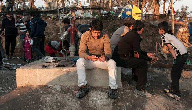 Un grupo de refugiados en el campo de Moria, en la isla de Lesbos (Grecia), en 2016.