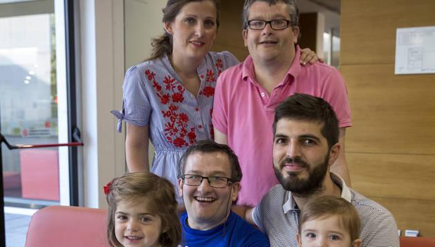 Desde hace 4 años, los  hermanos García Antón, Poli y Sergio, de 44 y 42 años, salen todas las tardes del centro donde viven para participar de la rutina familiar de los Sotés Sala.