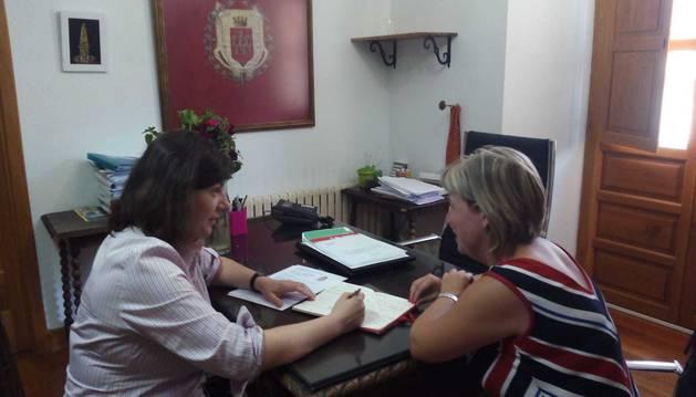 La gerente de Laseme, María Luisa Elguea, con la edil de Allo Begoña Fernández, en la primera cita de orientación laboral.