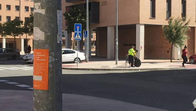 Personal de Bidean retira basura dispersa por la calle María Domínguez de Nuevo Artica.