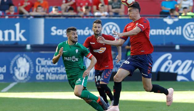 Luis Perea se lleva el balón de cabeza ante el sportinguista Canella. El madrileño debutó el sábado en partido de Segunda División.