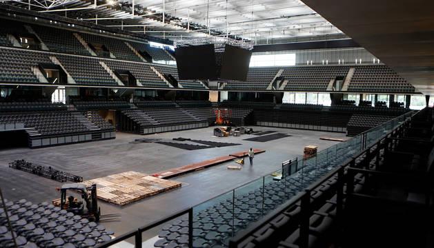 Los operarios trabajaban este lunes por la mañana en la pista principal para un evento privado que se celebrará este martes, y con el que empieza a funcionar el Navarra Arena.