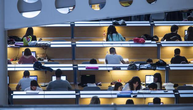 Estudiantes de la UPNA, en la Biblioteca del campus de Arrosadia, en Pamplona.