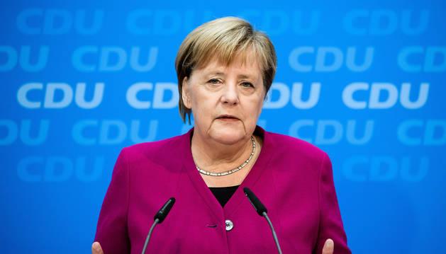 La canciller alemana, Angela Merkel, ofrece una rueda de prensa antes de una reunión del presidium de la Unión Cristianodemócrata (CDU) en Berlín.