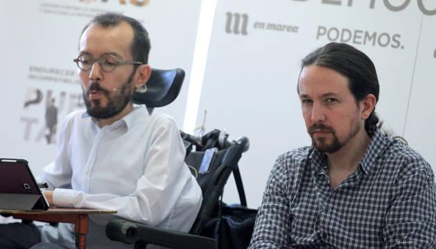 El líder de Podemos, Pablo Iglesias (dcha.) y el secretario de Organización, Pablo Echenique, durante la presentación del documento 'Presupuestos con la gente dentro. Democracia es Estado social'.
