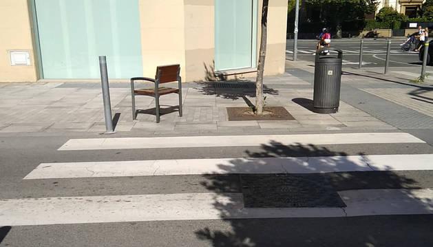 Un paso de peatones en Pamplona con todo, menos sitio