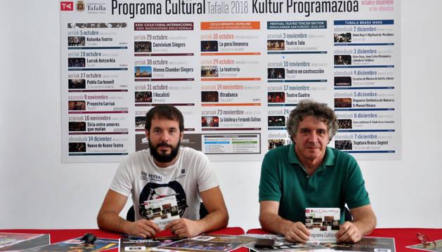 El concejal de Cultura, Iñaki Lerga (izda.); y el técnico de Cultura, Atxu Ayerra, en la presentación.