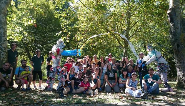 Algunos de los participantes en la cuarta jornada de limpieza del río Ega a su paso por Estella, celebrada el sábado.