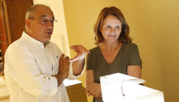 Javier Soto comenta detalles sobre una de sus piezas a la artista valenciana Cristina Alabau.