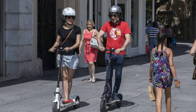 Imagen de dos usuarios de patines eléctricos, cuyo uso en Barañáin regulará la ordenanza de movilidad.