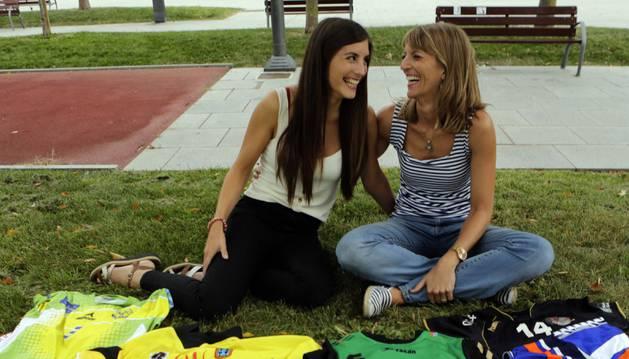 Silvia Lima e Irati berruezo, posando con las distintas camisetas que han defendido a lo largo de sus amplias trayectorias deportivas.