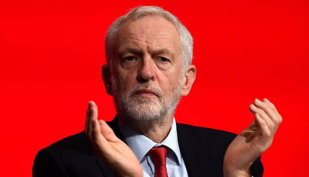 El líder del Partido Laborista, Jeremy Corbyn, aplaude durante la Conferencia Anual del Partido Laborista en Liverpool, Reino Unido, de este martes.