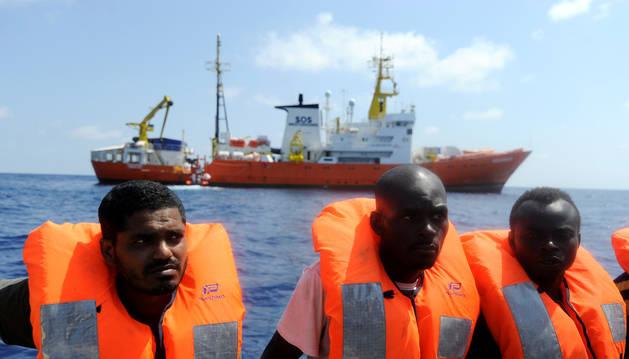 Inmigrantes rescatados por la organización SOS Mediterranee y Médicos Sin Fronteras con el buque de rescate MV Aquarius en el Mar Mediterráneo.