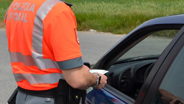 Un control de alcoholemia realizado por la Policía Foral.
