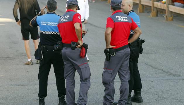 Agentes de la Policía Foral, junto a policías municipales de Sangüesa.
