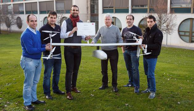 Integrantes de la empresa FuVeX posan con el dron híbrido. De izq. a dcha: José Javier Astráin, Ion Goizueta, Carlos Matilla, Carlos Castellano, Jesús Villadangos y Mael Taleb.