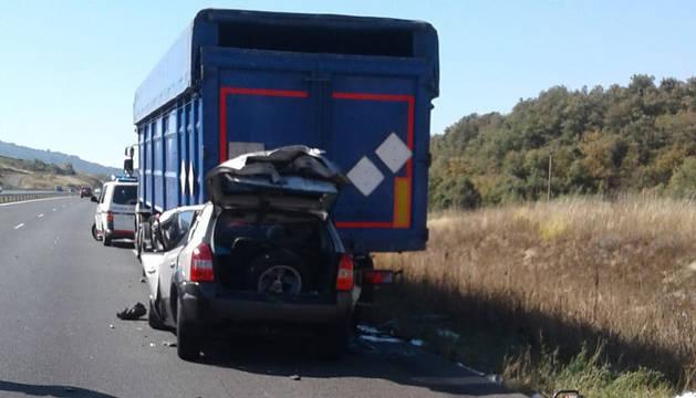 El coche ha quedado empotrado debajo del camión.