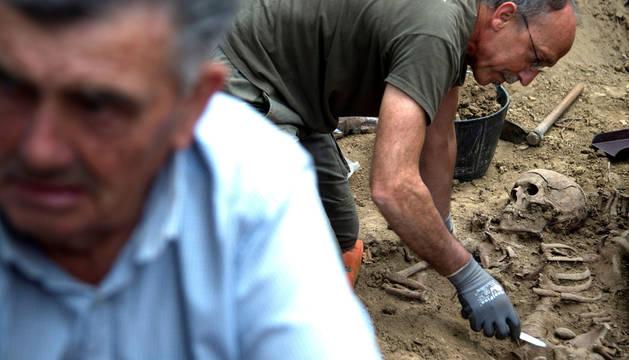 Miembros de la Sociedad Aranzadi proceden a las exhumaciones de varios cuerpos de personas asesinadas durante la guerra civil española, cinco víctimas del golpe militar del 36 que se cree que están en la fosa de Etxalaz, en el kilómetro 5,3 de la NA150 dirección Aoiz.