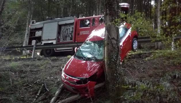 Estado del vehículo tras el accidente, con la carrocería destrozada.