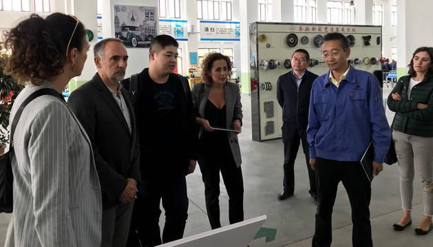 foto de Responsables de Educación en un taller de automoción y mecánica en la provincia china de Gansu.