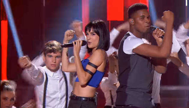 Foto de Natalia y Famous cantan 'Feel it still' en la gala 1.
