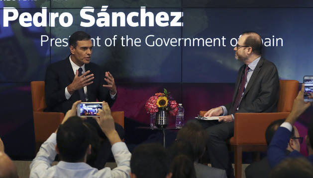El presidente del Gobierno español, Pedro Sánchez, junto al presidente y editor jefe de Reuters, Stephen Adler, interviene en un foro de la agencia de noticias, este jueves en Nueva York.