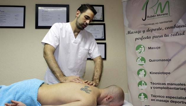 Rubén Moreno Pardo atiende a un cliente en su consulta de la calle Abejeras.