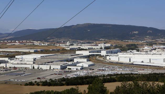 Un convoy ferroviario espera su carga en VW Navarra.