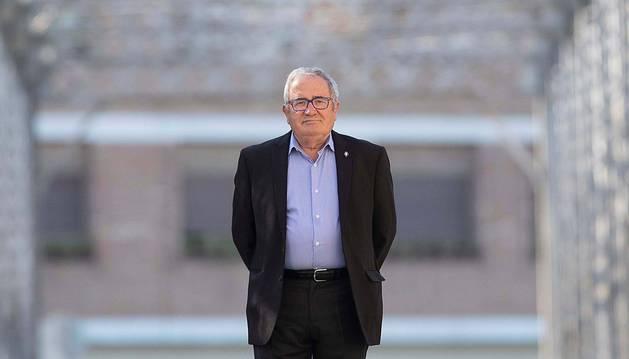 El presidente de Osasuna, Luis Sabalza, posa para la revista del club en el puente situado a la entrada de Sangüesa.