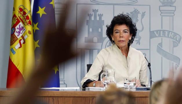 La ministra portavoz Isabel Celaá, durante la rueda de prensa consejo ministros celebrada en el Palacio de La Moncloa.
