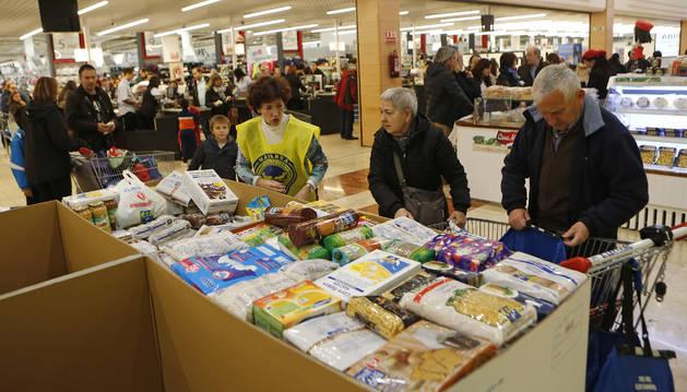 Una recogida de alimentos en el supermercado Leclerc de la Morea.