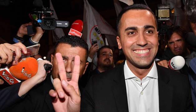 foto de El viceprimer ministro italiano Luigi Di Maio celebra al final del Consejo de Ministros que se aprobó la subida del déficit.