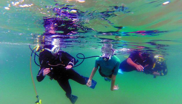 Marcos bucea en el Cantábrico ayudado por dos instructores voluntarios del FNDAS y del GEAS de la Guardia Civil.