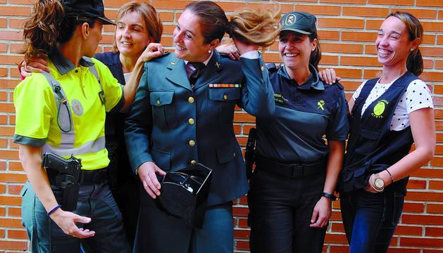 De izquierda a derecha, Nerea Martínez Castro (Tráfico), Aránzazu Melgarejo Rivarés (Seprona), Pilar Escudero Moreno (Plana Mayor de Compañía), Sandra Fernández Cueva (puesto de Pamplona) y Sheila Lamas Villaverde (Policía Judicial), durante el reportaje, esta semana, en la Comandancia de Pamplona.
