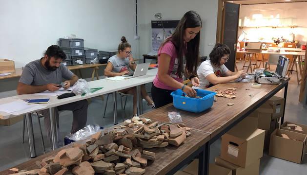 Varios de los integrantes del equipo del laboratorio arqueológico de Cascante, en plena labor de estudio de los materiales.