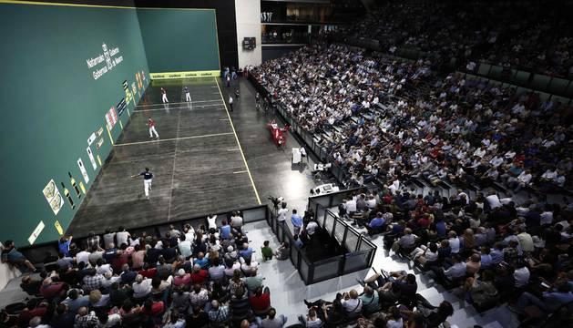 Imagen de la final con las gradas del Navarra Arena repletas de público.