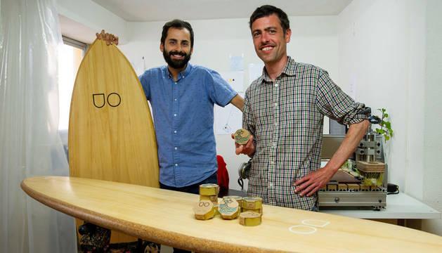 Dos españoles lanzan una cera para tablas de surf procedente de colmenas