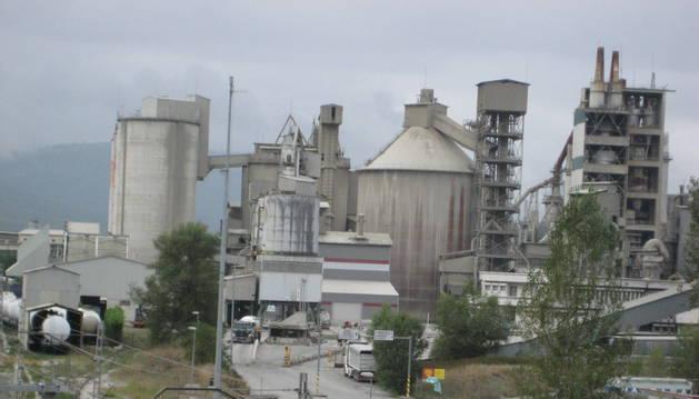 Imagen del acceso a la cementera Cementos Portland, en Olazagutía.