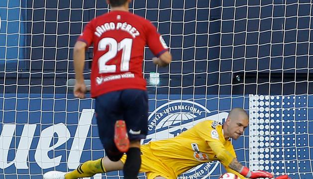 Momento en el que Rubén detiene el penalti lanzado por Higinio.