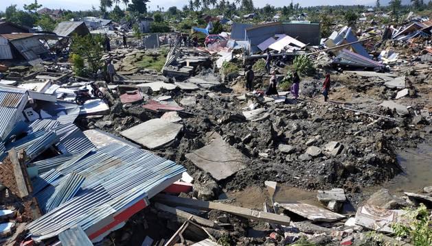 Los equipos de rescate siguen buscando supervivientes y atendiendo a los heridos en la isla indonesia de Célebes, afectada este viernes por un fuerte terremoto seguido de un inesperado tsunami, que han dejado más de 800 muertos.